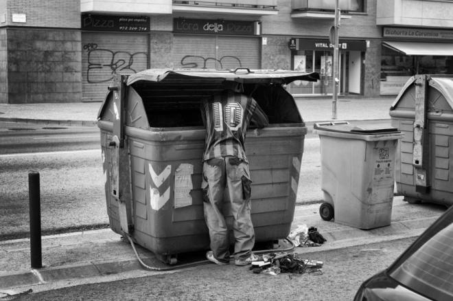 Para un número creciente de personas, la comida en los cubos de basura ayuda a fin de mes. Estas tácticas de supervivencia son cada vez más comunes en España, donde la tasa de desempleo es superior al 50 por ciento entre los jóvenes y cada vez más las familias con todos sus miembros en paro. Imagen de Samuel Aranda / New York Times.